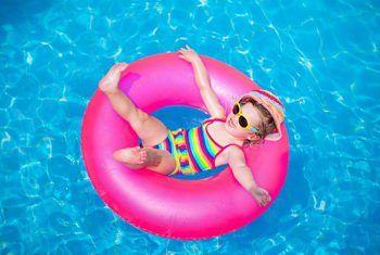 Hoe om `n lekkende skimmer in `n bogrondse swembad op te los