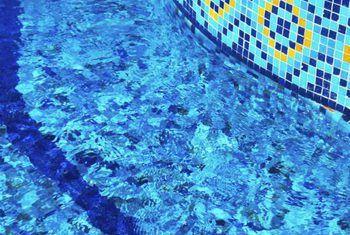 Hoe om `n lek tussen `n swembadmuur en `n skuimer te stop